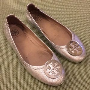 Tory Burch silver Minnie Reva travel flats Sz 8.5